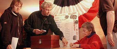 VALGET ER I GANG: Marion Varney sjekker navnene til de som vil stemme i Hart i New Hampshire tirsdag 2. november 2004. (Foto: Jim Cole/AP)