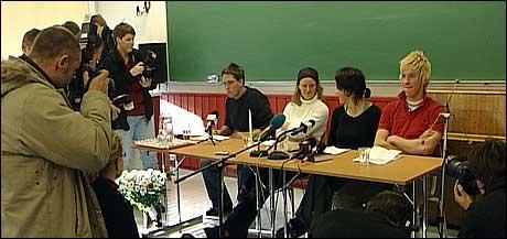Pressekonferanse på Sogndal folkehøgskule. Frå venstre rektor Frode Hjort-Larsen, Kristin Olsen Kyrkjeide, Ine Holt og Erlend Høie. Foto: Steinar Lote, NRK