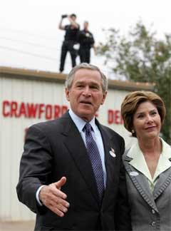President George W. Bush og hans kone Laura etter at de har gitt sine stemmer i Crawford, Texas.(Foto:Scanpix)