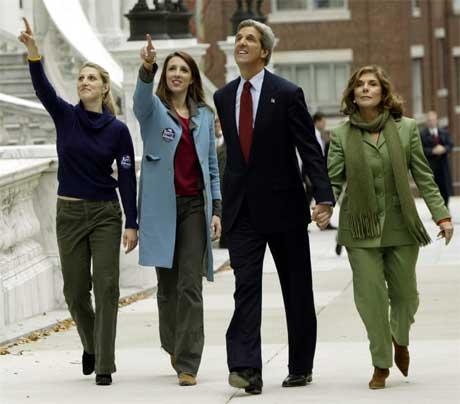 Familien Kerry på vei ut av stemmelokalet i Boston. (Foto: Reuters/Scanpix)