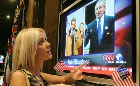 Presidentvalget i USA var en verdensbegivenhet. Her følger den bosniske operasangerinnen Tinka Milinovic TV-dekningen av valget. (Foto: AP/Scanpix)