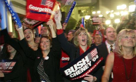 Bush-tilhengere følger spent med i opptellingen av stemmer i Florida. (Foto: Reuters/Scanpix)