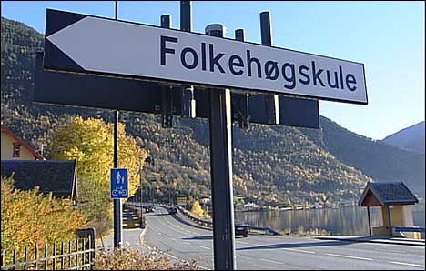 Eit nytt vitne skal ha sett drapsofferet og den etterlyste mannen berre hundre meter frå skulen. (Foto: NRK)
