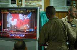 En amerikansk soldat følger valgsendingene i Camp Arifjan i Kuwait i dag tidlig. (Foto: Y.Al-Zayyat, AFP)