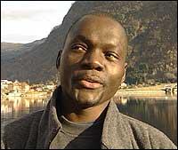Jules Alain frå Kongo fryktar det vert verre å vere utlending i Noreg om ikkje drapsmannen vert teken fort. (Foto: Torje Bjellas, NRK)