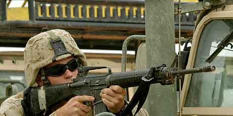 FALLUJA: Amerikansk soldat  med maskingevær. Foto: Eliana Aponte, Reuters
