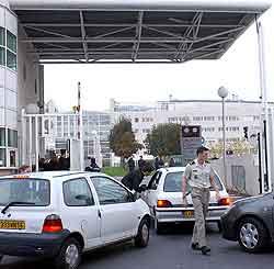 Militære sjekker biler utenfor sykehuset der Arafat ligger. Foto:Jacques Brinon, AP