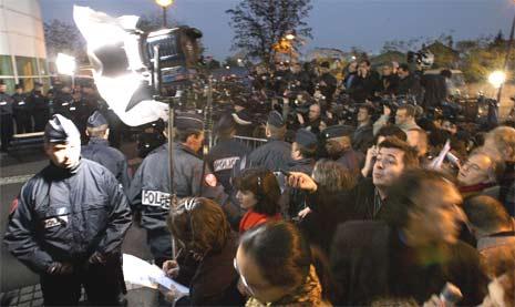 Journalister i hopetall utenfor det franske sykehuset i ettermiddag. (Foto: Reuters/Scanpix)