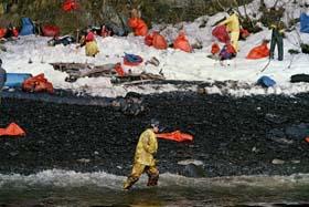 """Redningsarbeidere slåss mot oljesølet fra """"Exxon Valdez"""" i Prins William-sundet en uke etter miljøkatastrofen i Alaska i 1989. (Foto: C.Wilkins, AFP)"""
