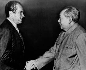 President Richard Nixon hilser på Mao Tse-Tung i kommunist-Kina i 1972.