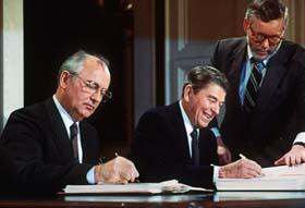 President Ronald Reagan (høyre) og Mikhail Gorbatsjov undertegner en omfattende nedrustningsavtale i Washington i 1987. (Foto: AFP)