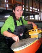 Kor store bølgjer kan eit skip tåla? Unni testa modelbåtar i eit bølgje-basseng. Foto: NRK