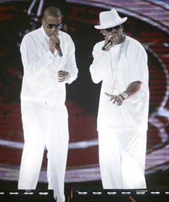 Jay-Z (t.v.) sammen med R. Kelly på scenen i Nasssau Coliseum i New York forrige uke. Nå reiser Jay-Z videre uten R. Kelly. Foto: Ed Betz, AP Photo.