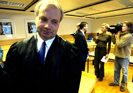 Advokat Terje Engebretsen hadde ingen umiddelbar kommentar etter at hans klient ble dømt til tolv års fengsel for drapet på Sverre Sæther. I bakgrunnen skimtes aktor, statsadvokat Helge J. Kaasbøll, i samtale med pressefolk. Foto: Gorm Kallestad / SCANPIX.