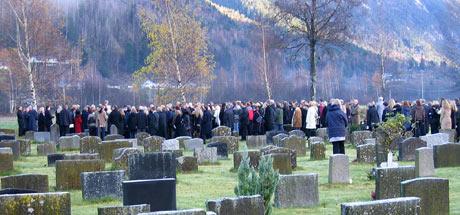 Det var mange unge mennesker som deltok i gravferden i Flatdal. (Foto: Per Solli, NRK)