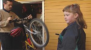 Lone er et av mange barn som får god hjelp til å endre livsstil ved St. Olavs hospital i Trondheim. Hele familien er i ferd med å endre kostholds- og levevanene sine. Foto: NRK Puls