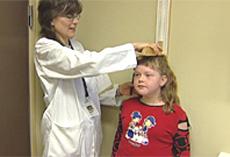 Lone blir målt og sjekket av en lege ved sykehuset.