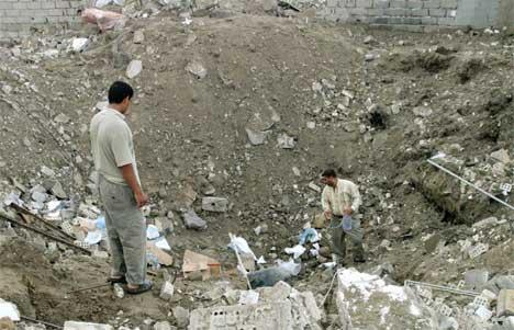 JEVNET TIL JORDEN: Irakere skuer på restene av et  sykehus, som er lagt i ruiner under nattens bombetokter. Foto: Reuters/Scanpix.