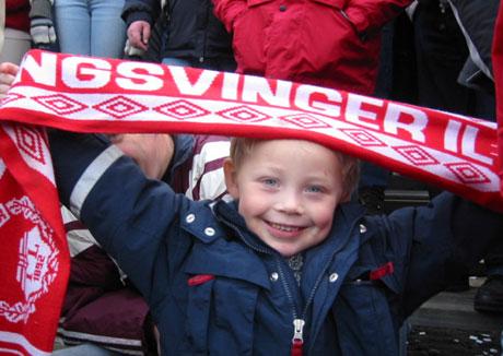 Philip (4 år) var en av 3500 jublende tilskuere på Gjemselund. Foto: Ann-Kristin Mo, NRK