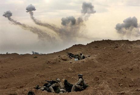 Amerikanske styrker gjør seg klar til kamp i utkanten av Falluja. (Foto: AP/Scanpix)