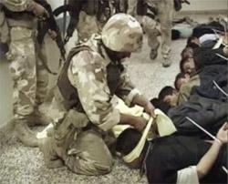 Amerikanske styrker stormet et sykehus i Falluja og tok flere på sykehuset til fange. (Foto: Reuters/Scanpix)