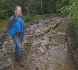 Anne Haneborg lover at de skal fjerne terrengskadene etter seg. (Foto: Vera Wold/NRK)