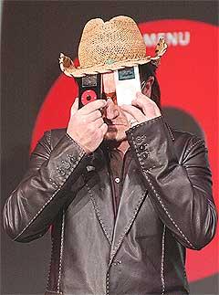 Markedsføringsscoop: Alle som kjøpte denne U2-iPoden i USA kunne også laste ned alle U2s 446 sanger og 100 liveopptak til sterkt redusert pris. Foto: Paul Sakuma, AP.