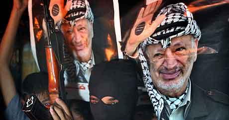 Palestinere i Gaza og på Vestbredden har gjennomført spontane demonstrasjoner for å vise sin støtte og medfølelse med Arafat. Foto: Khalil Hamra, AP)