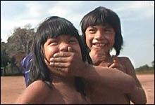 Glade indianerbarn i Amazonas (Foto: NRK)