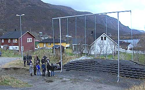 Salten tingrett på befaring ved et lekestativ av samme type som det som falt over 12 år gamle Lena Markussen Tømmerås. Foto: NRK