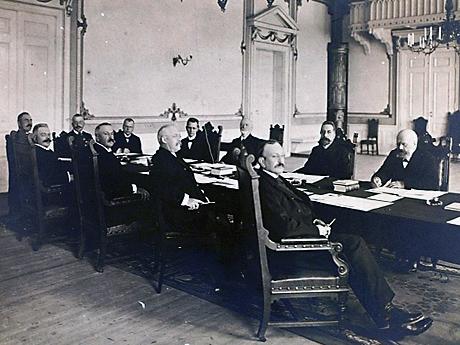 Fra forhandlingene mellom Norge og Sverige i Karlstad i 1905. Norges statsminister Chr. Michelsen ses som nr. to fra høyre. Foto: Scanpix / Arkiv