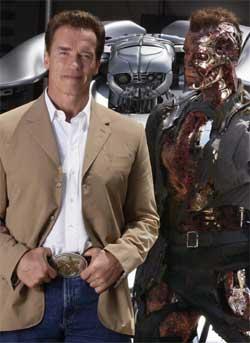 Arnold Schwarzenegger poserer sammen med en av robotene fra Terminator 3. (Foto: Scanpix / AP)