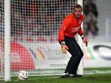 Rostock-keeper Mathias Schober ser ballen gå i mål. (Foto: AP / SCANPIX)