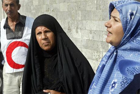 Røde halvmåne yter hjelp til to kvinner som har tatt seg ut av Falluja. (Foto: AFP/Scanpix)