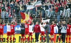 Mainz´ spillere jublet sammen med hjemmesupporterne etter å ha slått Werder Bremen 2-1 høsten 2004. (Foto: Michael Probst/AP)