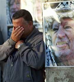 En palestiner i Ramallah i sorg etter å ha hørt om Arafats død torsdag. (Foto: Scanpix / AP)
