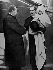 Kristiania 25. november 1905. Kong Haakon VII kommer til Norge som norsk konge, og blir tatt imot på kaien av statsminister Christian Michelsen. Kongen har sin sønn Olav på armen. NTB arkivfoto / SCANPIX
