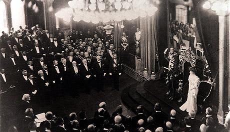 Kristiania 27. november 1905. Kong Haakon avlegger ed til Norges Storting med Dronning Maud ved sin side. Foto: SCANPIX / ARKIV