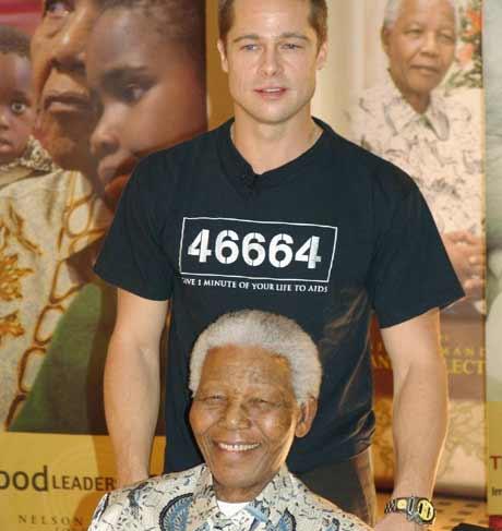 Brad Pitt sammen Nelson Mandela, Pitt skal hjelpe Nelson Mandela Foundation, og ble utnevnt abasassør 46664, som var Mandelas fensgselssnr. Foto: Scanpix