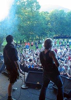 Bandet Svelene på scenen under Malakoff-festivalen 2003, som ble kåret til Årets Festival på årsmøtet i Norske rockefestivaler. Foto: malakoffrockfestival.com.