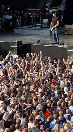 Stadig flere vil arrangere festival og være med som frivillige, som for eksempel da Bryan Adams spilte for et entusiastisk publikum på Brann stadion i Bergen. Foto: Marit Hommedal, Scanpix.