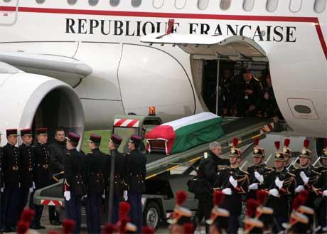 Fransk æresbevisning før Arafats kiste ble løftet om bord i flyet som tok kisten fra Paris til Kairo. (Foto: Reuters/Scanpix)