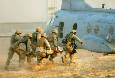 En såret amerikansk soldat bæres om bord i et helikopter nær Falluja. (Foto: Reuters/Scanpix)