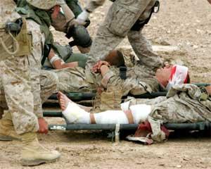 Sårede amerikanske soldater i Falluja venter på legehjelp. (Foto: Reuters/Scanpix)