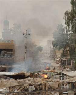 Gatekamper og eksplosjoner i den irakiske byen Falluja. (Foto: Reuters/Scanpix)