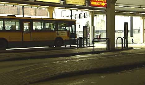 Jenta skal ha møtt de tre mennene her, på Fredrikstad busstasjon (Arkivfoto)