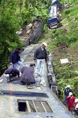 Redningsarbeidere ved toget som sporet av. (Foto: Scanpix / AP)