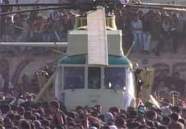 KAOS: Det brøt ut kaos da helikopteret med Arafats kiste landet i Ramallah. (Foto: APTV)