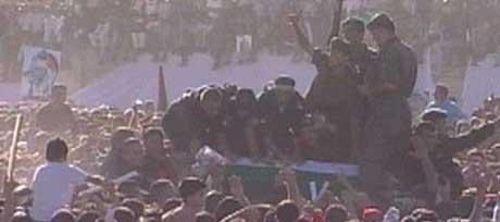 KAOS: Det var kaotisk da kisten til Arafat ble tatt ut fra helikopteret som fraktet den fra Egypt til Ramallah. (Foto: APTV)