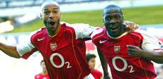Arsenals Lauren feirer scoring mot Tottenham sammen med Thierry Henry (Foto: Scanpix)